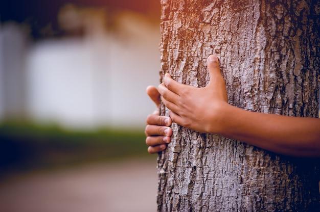 La Photo A Embrassé Les Arbres De Jeunes Hommes Qui Aiment La Nature. Concept De Soins Naturels Photo Premium