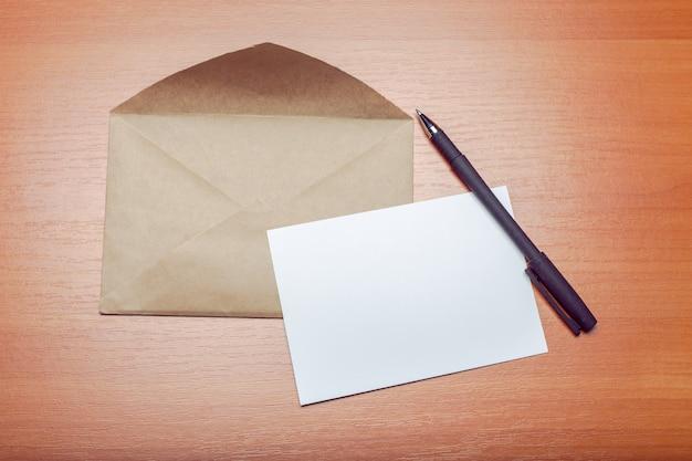 Photo d'enveloppe vierge sur un bois Photo Premium