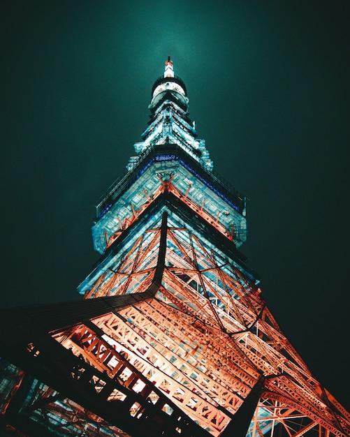 Photo à Faible Angle De La Structure Métallique Pendant La Nuit. Tour De Tokyo Photo gratuit