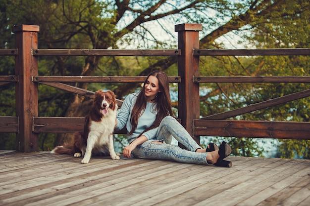 Photo d'une femme avec un chien Photo Premium