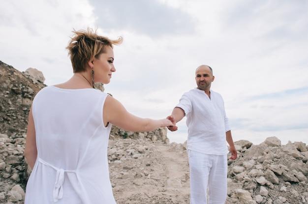 Photo de femme enceinte et homme dans une carrière de pierre Photo Premium