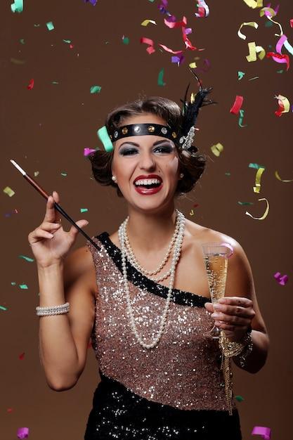 Photo de femme souriante avec fond de confettis Photo gratuit