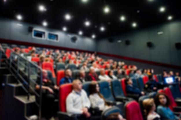 Photo floue de spectateurs au cinéma. Photo Premium