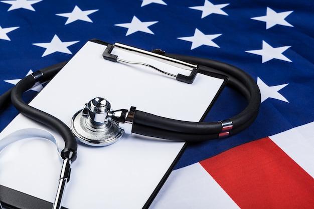 Photo en gros plan du stéthoscope sur le drapeau américain usa Photo Premium