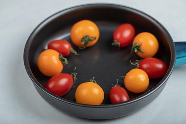La Photo En Gros Plan De Tomates Cerises Fraîches Colorées Dans La Casserole Sur Fond Blanc. Photo De Haute Qualité Photo gratuit
