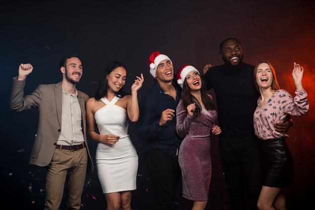 Photo de groupe d'amis au nouvel an Photo gratuit
