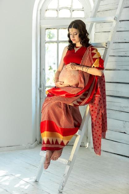 Photo Indienne Sur Femme Décorée De Henné Indien Peint Par Mehandi Photo gratuit