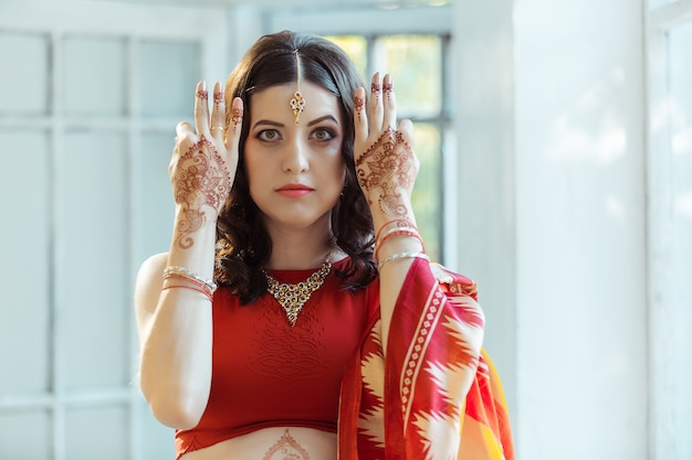 Photo Indienne Sur Les Mains De La Femme, Décoration Tradition Mehendi Photo gratuit