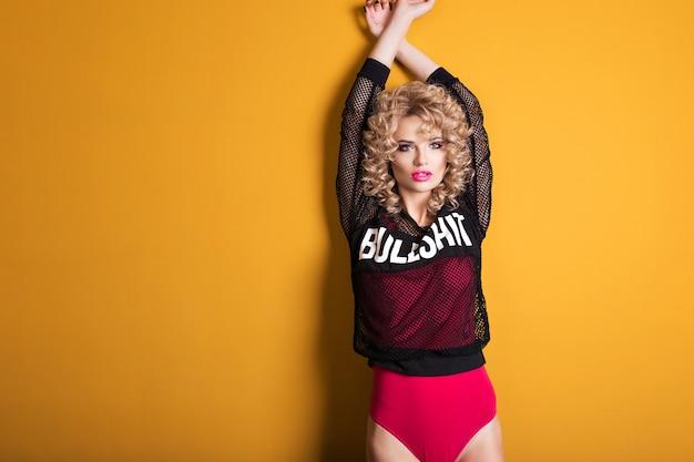 Photo d'une jeune femme sexy au corps rouge isolé sur jaune Photo Premium
