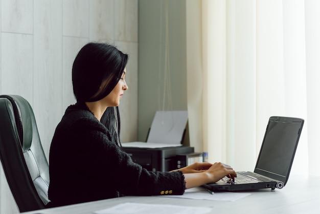Photo D'une Jolie Femme D'affaires Mature Travaillant Sur Un Ordinateur Portable Dans Son Poste De Travail Photo Premium