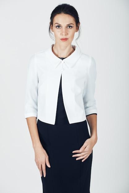 Photo de mode d'une jeune femme magnifique en noir Photo gratuit