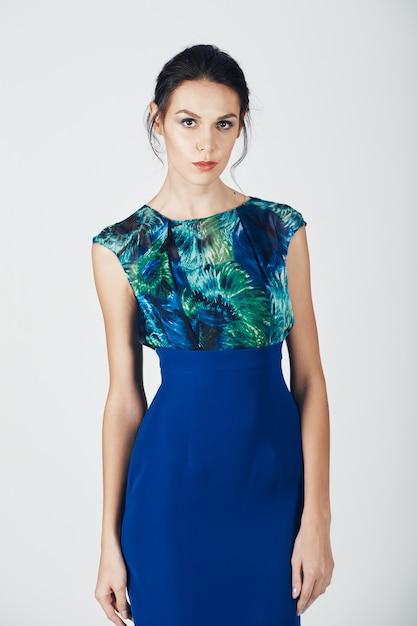 Photo de mode d'une jeune femme magnifique vêtue d'une robe bleue Photo gratuit