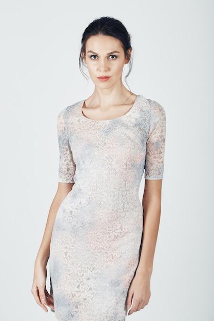 Photo de mode d'une jeune femme magnifique vêtue d'une robe brillante Photo gratuit