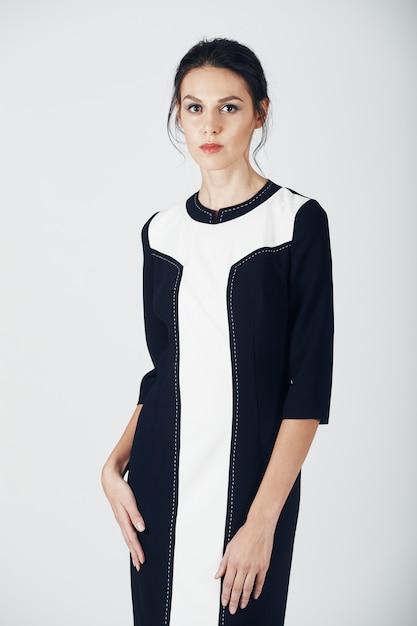 Photo de mode de jeune femme magnifique vêtue d'une robe noire. fille Photo gratuit