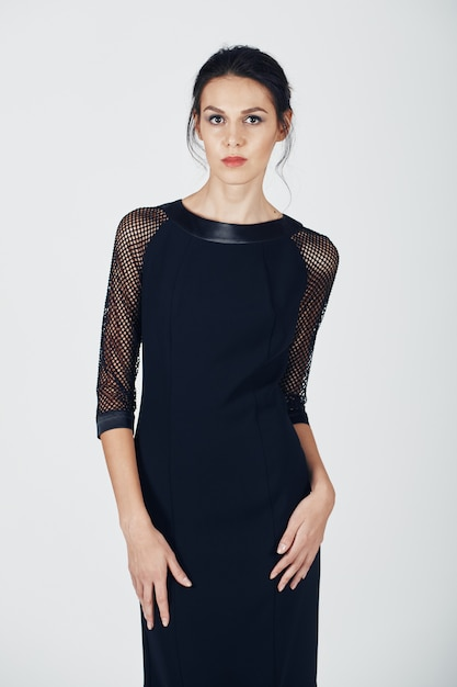 Photo de mode d'une jeune femme magnifique vêtue d'une robe noire Photo gratuit