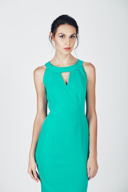 Photo de mode d'une jeune femme magnifique vêtue d'une robe turquoise Photo gratuit