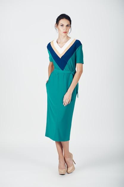 Photo de mode d'une jeune femme magnifique vêtue d'une robe verte Photo gratuit