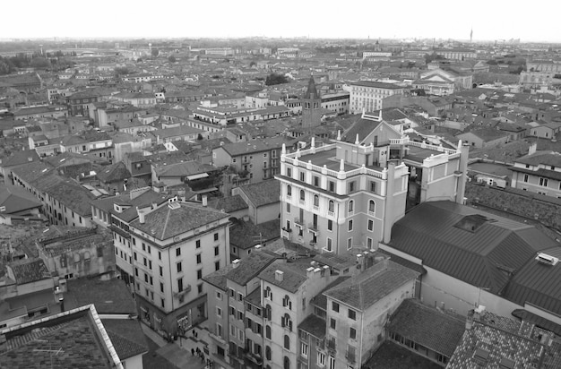Photo monotone, belles architectures de la vieille ville de vérone dans le nord de l'italie Photo Premium