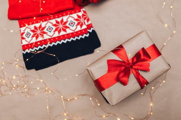 Photo De Noël D'hiver Confortable. Cadeaux Emballés Avec Du Papier Kraft Photo Premium