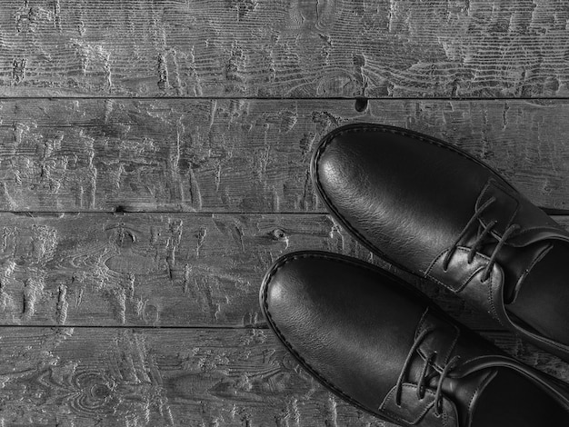 Photo En Noir Et Blanc De Chaussures Pour Hommes Classiques Sur Un Sol Sombre Photo Premium
