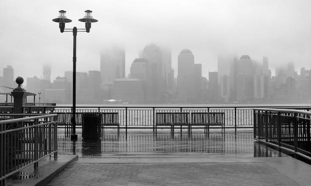 Photo noir et blanc des toits de la ville de new york un jour de pluie Photo Premium