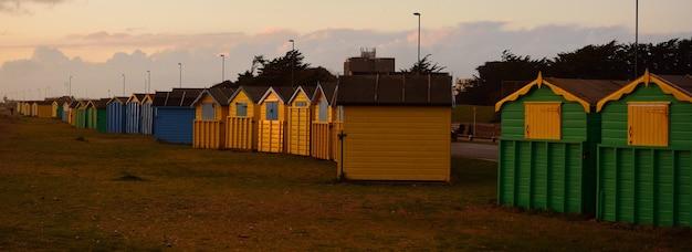 Photo Panoramique De Lodges Colorés Pendant Le Coucher Du Soleil Photo gratuit