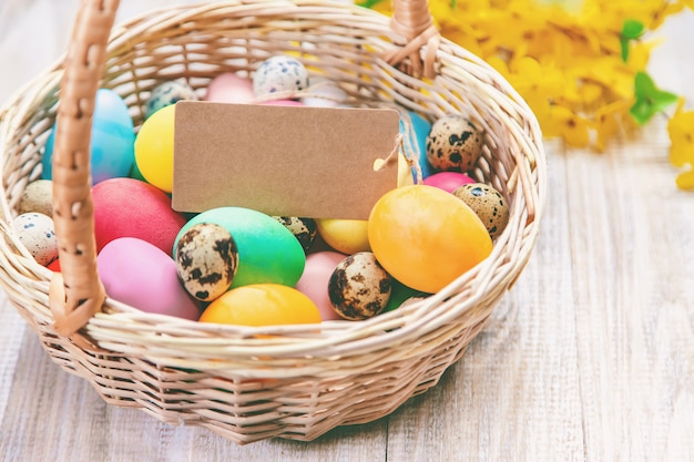 Photo de pâques. joyeuses pâques. œufs mise au point sélective. Photo Premium
