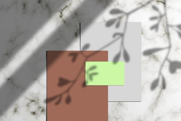 Photo d'une pile de papier à lettres, d'une carte de visite vierge et d'une maquette de documents Photo Premium