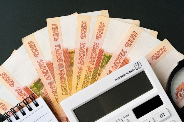 Photo De Pile De Roubles Russes Avec Calculatrice Photo Premium