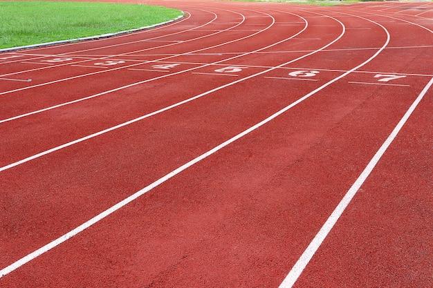 Photo d'une piste de course rouge pour la compétition ou l'exercice, en arrière-plan. concept sportif. Photo Premium