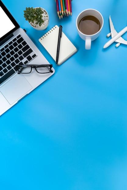 Photo de plat créative de lieu de travail moderne avec ordinateur portable Photo Premium