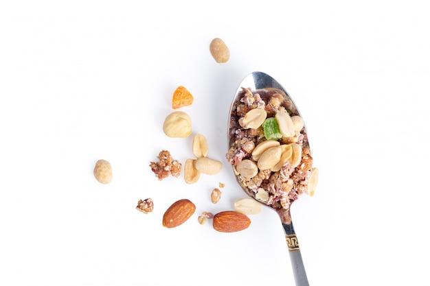 Photo de pleine cuillère de granola isolé Photo Premium