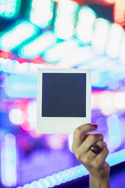 Photo polaroid sur le fond des lampes incandescentes Photo gratuit