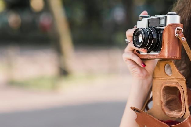 Photo prise de main sur le vieil appareil photo Photo gratuit
