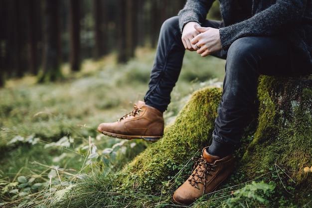 Photo Recadrée D'un Homme à La Barbe Assis Et Pense Dans La Forêt Photo Premium