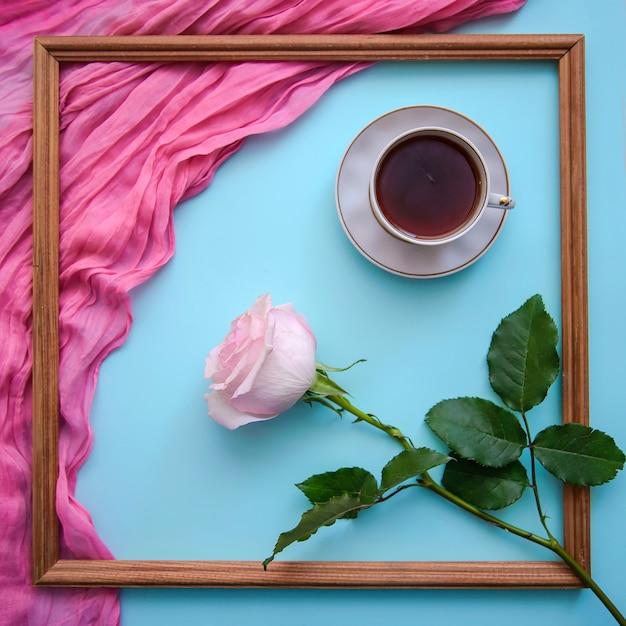 Photo Romantique Avec Cadre En Bois, Thé, Bloc-notes Et Rose Photo Premium