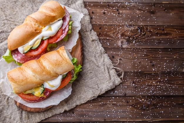 Photo d'un sandwich sur papier Photo Premium