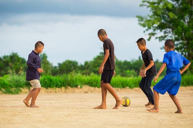 Photo De Sport D'action D'un Groupe D'enfants Jouant Au Football Pour L'exercice Photo Premium