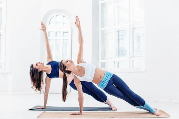 Photo De Studio D'une Jeune Femme En Forme Faisant Des Exercices De Yoga Photo gratuit