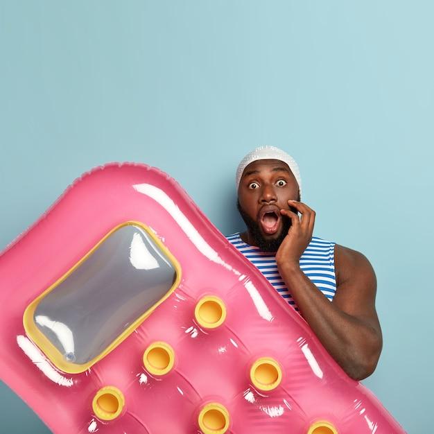 Une Photo Verticale D'un Homme Noir Horrifié Perplexe A Largement Ouvert La Bouche Photo gratuit