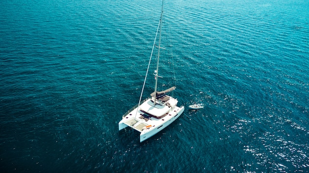 Photo Vue De Dessus De Drone Aérien D'un Yacht De Luxe Avec Un Bateau En Caoutchouc Blanc. Phuket. Thaïlande. Photo Premium
