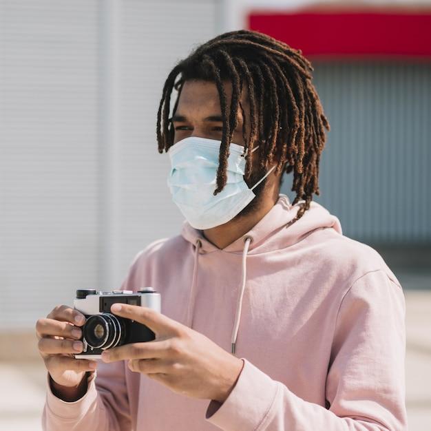 Photographe Afro-américain Portant Un Masque Médical Photo gratuit