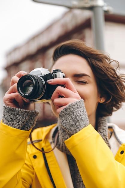 Photographe Concentré Jeune Femme Photo gratuit