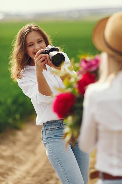 Photographe Fait Une Séance Photo Pour Femme Photo gratuit
