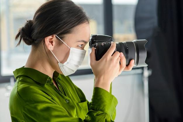 Photographe Femme Portant Un Masque Photo gratuit