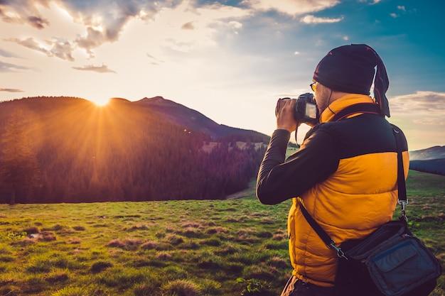 Photographe de nature touristique en montagne Photo Premium