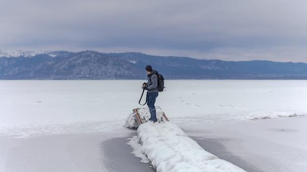 Photographe avec neige paysage de montagne Photo Premium
