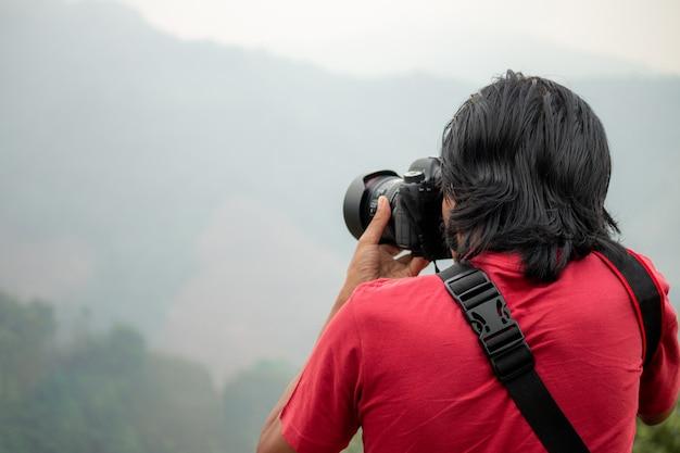 Le photographe photographie la montagne lors de ses voyages. Photo Premium