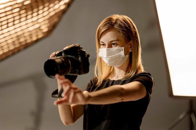 Photographe Portant Un Masque Médical Photo gratuit