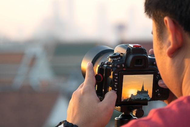Photographe à prêter une attention particulière à prendre une photo Photo Premium